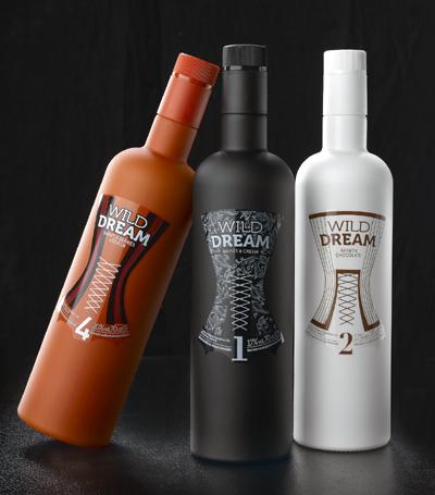 Las botellas de Wild Dream están pintadas en colores opacos negro, blanco y rojo, con etiquetas transparentes, en las que se dibuja un seductor corsé femenino. Es la última línea de la tradicional Licores Baines.